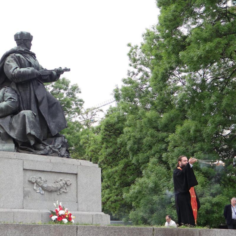 лития у памятника советским войнам 3